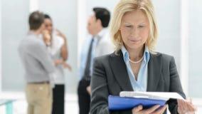 Femme d'affaires mûre vérifiant le document banque de vidéos