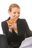 Femme d'affaires mangeant de la pizza Photographie stock libre de droits