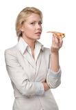 Femme d'affaires mangeant de la pizza savoureuse Photos stock