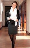 Femme d'affaires marchant à travers Photo stock