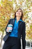 Femme d'affaires marchant avec du café Photos stock