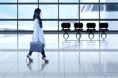 Femme d'affaires marchant dans l'aéroport Images stock