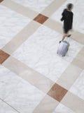 Femme d'affaires marchant dans un mouvement brouillé Images stock