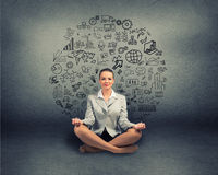 Femme d'affaires méditant sur le plancher Photographie stock libre de droits