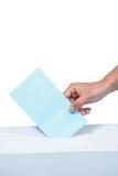 Femme d'affaires mettant le vote dans la boîte de vote Image stock
