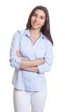 Femme d'affaires mexicaine debout avec les bras croisés Photo stock