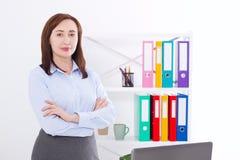 Femme d'affaires moderne et élégante au bureau avec l'espace et la moquerie de copie  Concept d'affaires Photos stock