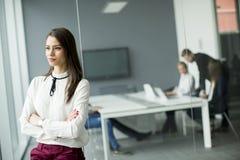 Femme d'affaires moderne se tenant dans le bureau moderne photo stock