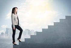 Femme d'affaires montant un concept concret d'escalier Images stock