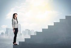 Femme d'affaires montant un concept concret d'escalier Photos stock