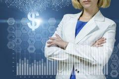 Femme d'affaires montrant à une croissance le graphique financier images libres de droits