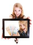 Femme d'affaires montrant l'argent d'euro de photo de touchpad de comprimé d'ipad photo libre de droits
