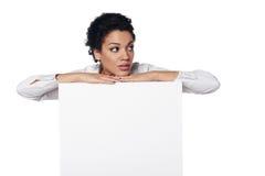 Femme d'affaires montrant la carte de crédit en blanc Photos stock