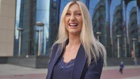 Femme d'affaires montrant le doigt moyen et rire Mouvement lent clips vidéos