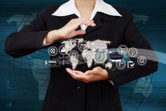 Femme d'affaires montrant le symbole de Web de carte et d'icône en main Image stock