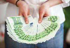 Femme d'affaires montrant un bon nombre d'argent Photographie stock libre de droits