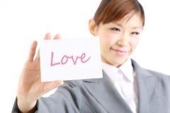 Femme d'affaires montrant une carte avec amour de mot Photos libres de droits
