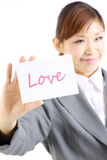 Femme d'affaires montrant une carte avec amour de mot Photos stock