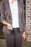 Femme d'affaires montrant une carte de crédit Photographie stock