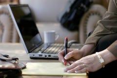 Femme d'affaires, notes, ordinateur portatif, et oreillette d'hôtel Photographie stock