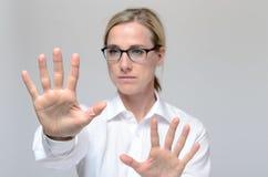 Femme d'affaires obtenant l'accès de sécurité photographie stock