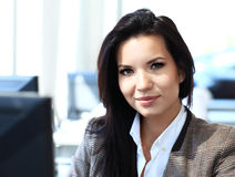 Femme d'affaires occasionnelle à l'aide de l'ordinateur portable dans le bureau Photo stock