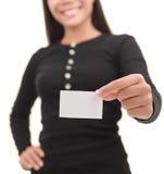 Femme d'affaires occasionnelle affichant la carte de visite professionnelle vierge de visite photographie stock libre de droits