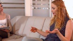Femme d'affaires occasionnelle parlant avec le psychologue clips vidéos