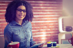 Femme d'affaires occasionnelle sur une pause-café photo libre de droits