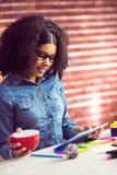 Femme d'affaires occasionnelle sur une pause-café image stock