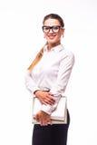 Femme d'affaires occupée de sourire avec le dossier, d'isolement sur le blanc Photo stock