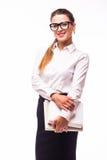 Femme d'affaires occupée de sourire avec le dossier, d'isolement sur le blanc Photo libre de droits