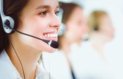 Femme d'affaires ou opérateur de sourire de service d'assistance avec le casque et l'ordinateur au bureau image libre de droits