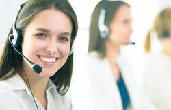 Femme d'affaires ou opérateur de sourire de service d'assistance avec le casque et l'ordinateur au bureau photographie stock