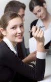 Femme d'affaires ou secrétaire et personne d'affaires travaillant à o Photo stock