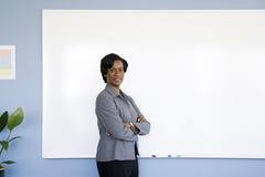 Femme d'affaires par tableau blanc photographie stock