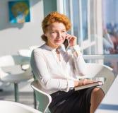Femme d'affaires parlant au-dessus du téléphone portable Photo libre de droits