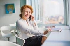 Femme d'affaires parlant au-dessus du téléphone portable Images libres de droits