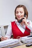 Femme d'affaires parlant au propriétaire Photos stock