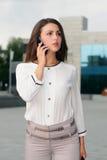 Femme d'affaires parlant au téléphone images stock