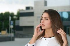 Femme d'affaires parlant au téléphone photographie stock