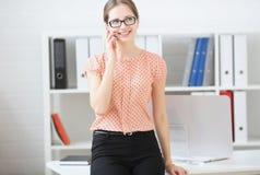 Femme d'affaires parlant au téléphone au travail dans le bureau Photos libres de droits