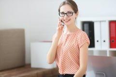 Femme d'affaires parlant au téléphone au travail dans le bureau Images stock
