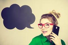 Femme d'affaires parlant au téléphone avec la bulle de pensée images stock