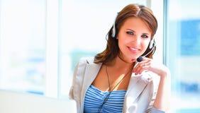 Femme d'affaires parlant au téléphone tout en travaillant sur son ordinateur au bureau photos stock