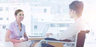 Femme d'affaires parlant avec le collègue handicapé images stock