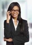 Femme d'affaires parlant avec le téléphone portable image stock