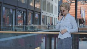 Femme d'affaires parlant par le téléphone Photographie stock libre de droits