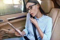 Femme d'affaires parlant sur le smartphone photos stock