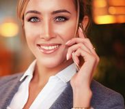 Femme d'affaires parlant sur le téléphone portable Photos libres de droits